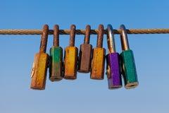Vieilles serrures d'amour sur la balustrade de pont Image libre de droits