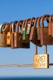 Vieilles serrures d'amour sur la balustrade de pont Photos libres de droits