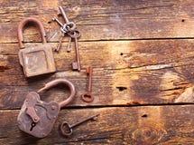 Vieilles serrures rouillées et clés Image libre de droits
