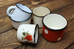 Vieilles tasses d'émail Photographie stock libre de droits