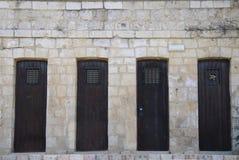 Vieilles trappes en bois dans le mur en pierre Image stock