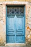 Vieilles trappes en bois rustiques peintes dans le bleu image libre de droits