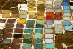 Vieilles tuiles colorées de Mosiac sur Sandy Outdoor Garden Path Photographie stock libre de droits