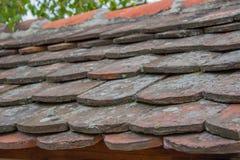 Vieilles tuiles de toit images libres de droits