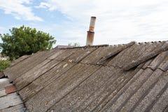 Vieilles tuiles de toit dangereuses d'amiante Image stock