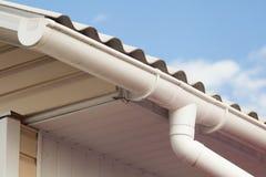 Vieilles tuiles de toit dangereuses d'amiante Photo stock