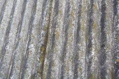 Vieilles tuiles de toit dangereuses d'amiante Photographie stock libre de droits