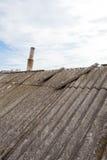 Vieilles tuiles de toit dangereuses d'amiante Image libre de droits