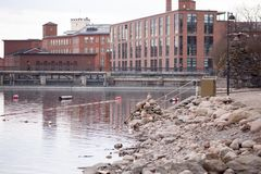 Vieilles usines à côté de rivière au centre de Tampere, Finlande photo libre de droits