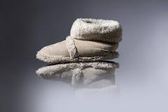 Vieilles, utilisées pantoufles avec le fond gris photographie stock