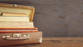 Vieilles valises classiques de cuir de voyage de vintage avec la pile de vieux b photographie stock