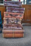 Vieilles valises empilées sur des chariots dans une station Image stock