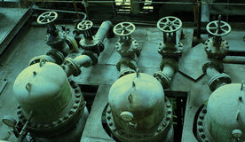 vieilles valves à l'obscurité délabrant l'usine sale Photo stock