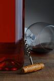 Vieilles vis de liège et bouteille de vin Images stock