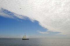 Vieilles voiles de bateau en mer photos libres de droits