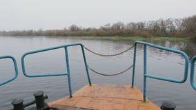 Vieilles voiles rouillées de bateau sur la rivière banque de vidéos