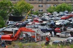 Vieilles voitures dans l'entrepôt de ferraille Photographie stock
