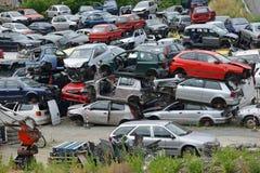 Vieilles voitures dans l'entrepôt de ferraille Photos stock