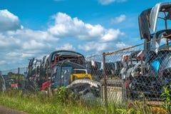Vieilles voitures de décharge et pièces utilisées par vente Photos stock