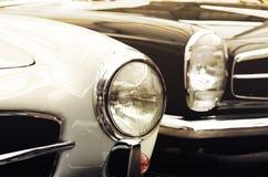 Vieilles voitures de phares dans le style de vintage (le bien et le mal, genèse, photos libres de droits