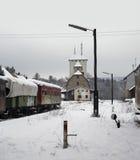Vieilles voitures ferroviaires et station Photos libres de droits