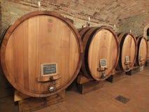 Vieillissement de vin de Barolo dans des tonneaux de vin italiens Photographie stock