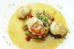 Vieiras assadas do prato de peixes com cebolas e pimentas na sopa 1 Fotos de Stock Royalty Free