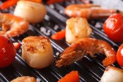 Vieiras, camarão e vegetais no macro da grade horizontal Fotografia de Stock Royalty Free