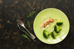 Vieiras com brócolis e cal em uma placa em um fundo rústico escuro delicacy Alimento da dieta saudável Vista superior, configuraç fotografia de stock royalty free
