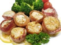 Vieiras envolvidas bacon com brócolis fotos de stock royalty free