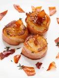 Vieiras envolvidas no bacon e passadas ligeiramente Fotografia de Stock Royalty Free