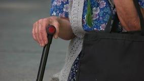 Vieja abuela con un palillo del bastón almacen de video