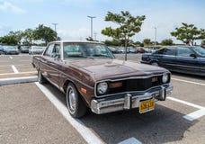 Vieja aduana del dardo de Dodge en la exposición de coches viejos en el estacionamiento cerca del centro comercial grande de Regb Imagenes de archivo