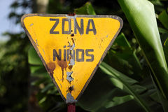 Vieja advertencia de la señal de tráfico para la zona de los niños Imágenes de archivo libres de regalías