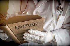Vieja anatomía del doctor Reading Book Of Fotografía de archivo libre de regalías