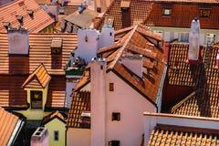Vieja arquitectura de la ciudad con los tejados de la terracota en Praga Checo foto de archivo libre de regalías