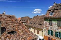 Vieja arquitectura de los tejados de las casas en Sibiu Foto de archivo libre de regalías