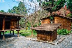 Vieja arquitectura en el parque temático aborigen formosano del pueblo de la cultura en el condado de Nantou, Taiwán Fotos de archivo