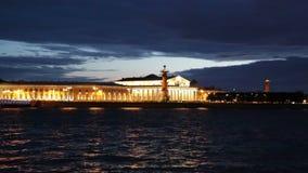 Vieja bolsa de acción de St Petersburg y columnas rostrales metrajes