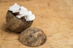 Vieja cáscara del coco con pulpa y espacio negativo Fotos de archivo libres de regalías