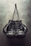 Vieja caída de los guantes de boxeo en clavo foto de archivo libre de regalías