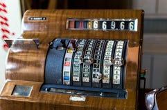 Vieja caja registradora en una tienda Fotos de archivo