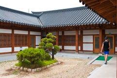 Vieja casa u hogar de la Corea del Sur con el turista europeo Imagenes de archivo