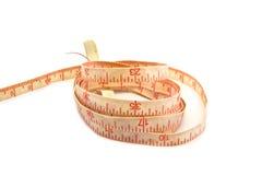 Vieja cinta métrica rosada en el fondo blanco. Imágenes de archivo libres de regalías