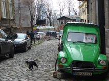 Vieja Citroen Dyane en viejo stret en Belgrado vendimia cobblestone Vector de los coches emociones fotos de archivo