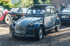 Vieja Citroen gris 2CV en una demostración de coche Fotografía de archivo libre de regalías