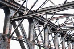 Vieja construcción de puente de acero oxidada - haces de acero aherrumbrados Fotografía de archivo