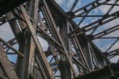 Vieja construcción de puente de acero oxidada - haces de acero aherrumbrados Fotografía de archivo libre de regalías