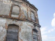 Vieja construcción dilapidada Imagenes de archivo