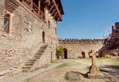 Vieja cruz de piedra dentro del patio del monasterio del siglo VI de David Gareji, país de Georgia Sitio del patrimonio mundial d Imagen de archivo